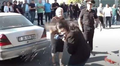 Ölən erməni əsgərin anası qadın jurnalistin üstünə su tökdü - VİDEO