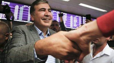 Saakaşvili anası ilə Tbilisiyə gəlir - Bilet alıb