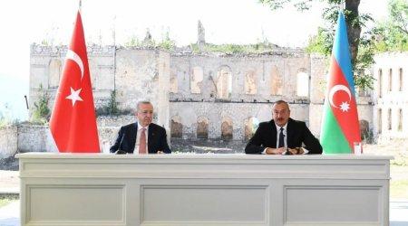 """Ərdoğan: """"Şuşada arxa fondakı yerləşən bina erməni vəhşiliyinin bariz nümunəsidir"""""""
